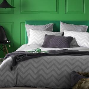 Szara pościel doskonale współgra z żywymi kolorami ścian czy mebli, jak i odwrotnie. Jeśli mamy w sypialni szare ściany, możemy ożywić wnętrze kolorowymi tkaninami. Fot. Secretlinenstore