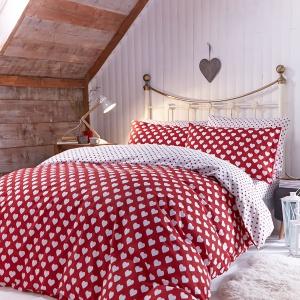 Serduszka to doskonały motyw do małżeńskiej sypialni. Zakładając taką pościelą można również uczcić dzień walentynek lub rocznicę. Fot. Little Woods Ireland.