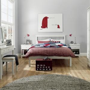 W skandynawskich wnętrzach tkaniny, choć są kolorowe, nie dominują w aranżacji, a jedynie ją dopełniają. Fot. Housingunits.