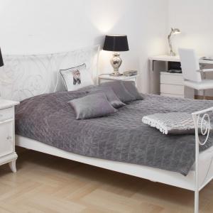 W sypialni postawiono na zestaw szarości, bieli i czerni. Eleganckie kolory ubrano w zdobne formy. Projekt: Właściciele. Fot. Bartosz Jarosz.