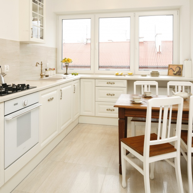 Lubisz klasyczne aranżacje? Zobacz mieszkanie z piękną białą kuchnią