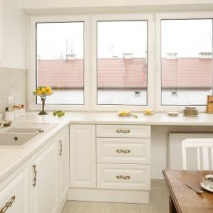 Blat kuchenny poprowadzono na szerokość całej kuchni, zastępując nim parapet przy oknie. Projekt: Właściciele. Fot. Bartosz Jarosz.