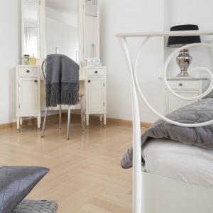 W rogu sypialni urządzono kącik z toaletką. Projekt: Właściciele. Fot. Bartosz Jarosz.