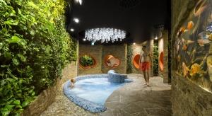 Projekt hotelu Narvil przygotowała pracownia KM Rubaszkiewicz. Projektantom udało się harmonijnie wtopić nowoczesną bryłę budynku w otaczającą przyrodę. Hotel zaprojektowany został w oparciu o naturę. Nawiązuje do niej architekturą, designem