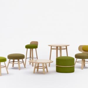 Kolekcja siedzisk K2 projektu Tomka Rygalika. Tapicerowane siedzisko połączone ze sklejkowym oparciem. Rodzina obejmuje m.in. krzesła, fotel ei hokery. Fot. Paged Collection.