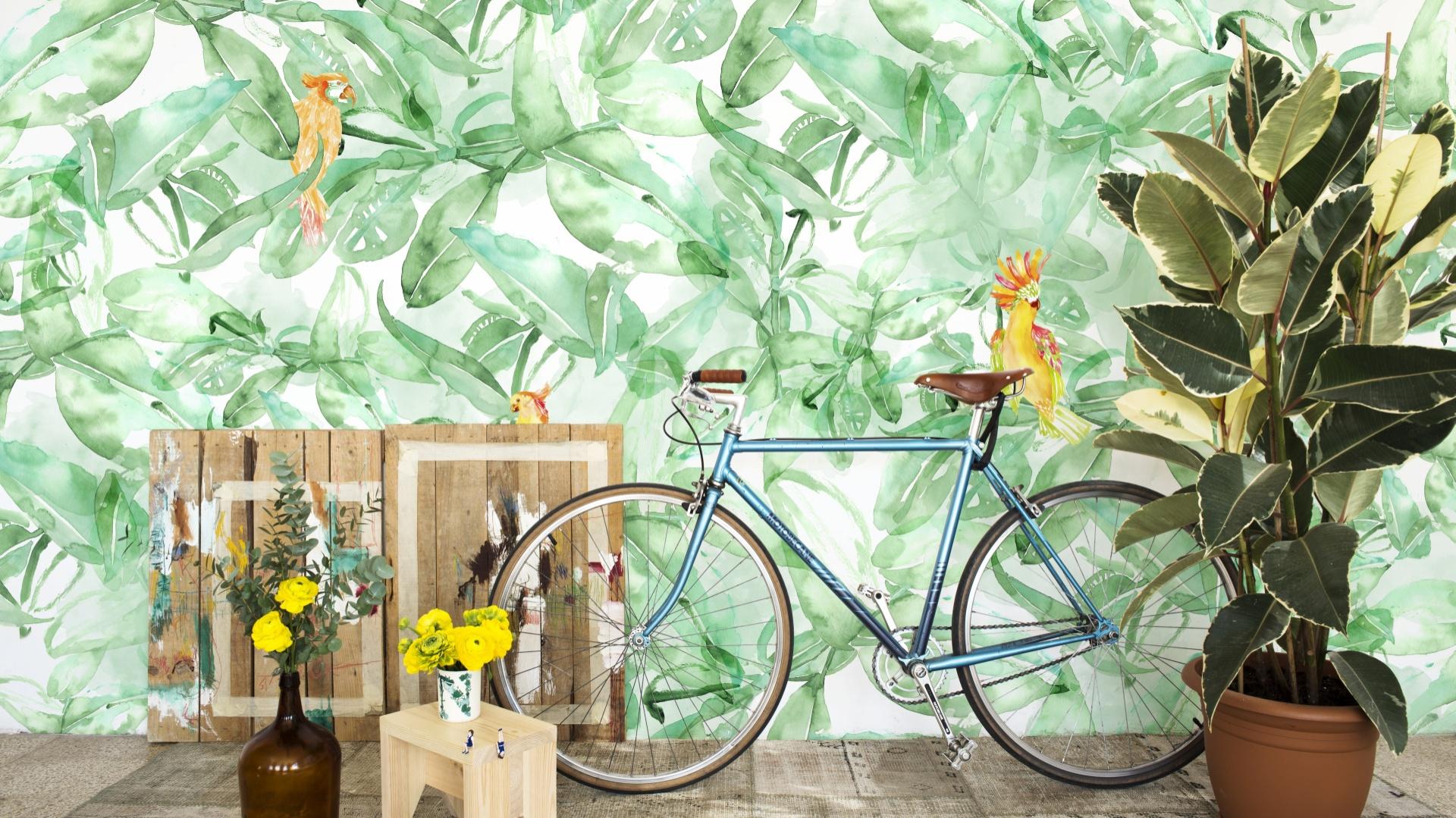 Tapeta ścienna Cordonne z kolekcji Lara Costafreda przeniesie nas prosto do tropikalnej dżungli. Modny malarski efekt! Fot. Cordonne.