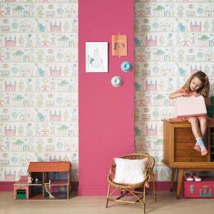 Tapeta Camengo z kolekcji Summer Camp - piękny efekt malarski pięknie ozdobi pokój małej dziewczynki. Fot. Camengo.