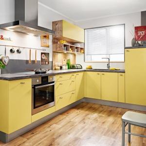Meble w kolorze szafranu to apetyczny akcent w przestrzeni kuchni. Fot. KAM Kuchnie, model KAMPlus.
