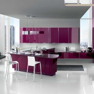 Ekstrawagancka kuchnia w wysokim połysku i odważnym śliwkowym kolorze. Fot. Stosa Cucine, model Brilliant.