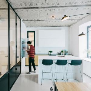 Z betonem harmonizują czarne techniczne lampy i metalowe krzesła. Projekt: Crosby Studios. Fot. Evgeny Evgrafov.