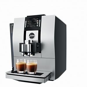 W ekspresie Z6 przygotujemy małe intensywne ristretto czy popularną, delikatną kawę flat white. Ekspres wyposażono w intuicyjny panel sterowania. Wszystkie elementy sterujące są łatwo dostępne z frontu ekspresu. Wyposażony jest w technologię automatycznego wykrywania filtra. Fot. Jura, ekspres Z6.