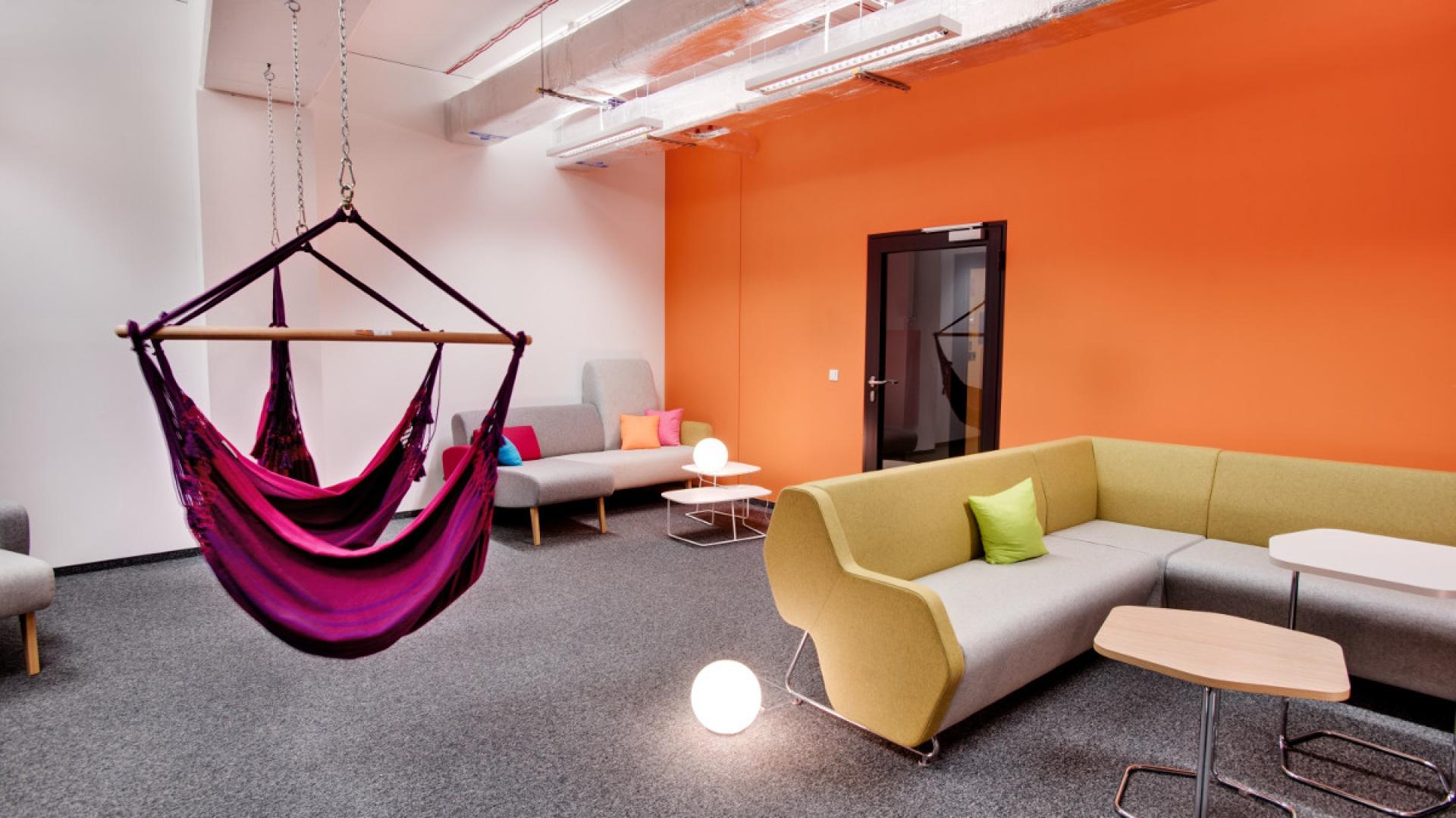 Na poszczególnych kondygnacjach Silver Tower Center znajdują się między innymi nietypowe miejsca, takie jak pokoje relaksu czy strefy aktywnego wypoczynku. Fot. Trilux
