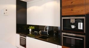 W nowoczesnych kuchniach modnie jest estetycznie schować zlewozmywak. Jednym ze sposobów jest wykonanie go w kolorze kuchennego blatu.