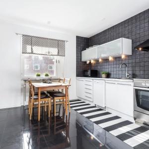 Kuchnia stanowi oddzielne pomieszczenie, w którym udało się wygospodarować miejsce również na niewielką jadalnię. Fot. Svenksfast.se.