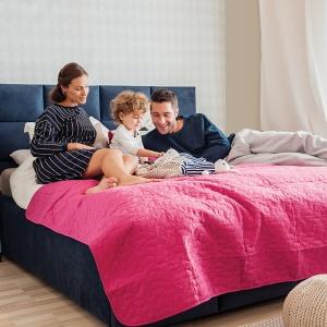 Łóżko tapicerowane Tulip firmy Hilding Polska zapewni wygodę dzięki temu, że ma wysoki, miękki zagłówek. To wspaniałe podparcie dla zmęczonych pleców. Fot. Hilding Polska.