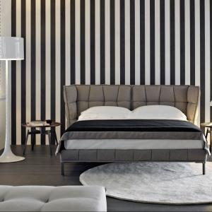 Łóżko Husk marki B&B Italia ma tapicerowany, pikowany zagłówek, który zagina się do wnętrza łóżka, czyniąc przestrzeń spania jeszcze bardziej przytulną. Fot. B&B Italia.