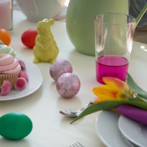 Stół na Wielkanoc lubi kolory. Róże, zielenie, turkusy - wszystkie wpisują się idealnie w radosny klimat świąt. Fot. Westwing.