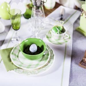 Zieleń na stole to idealny wiosenny akcent. Zielone miseczki, kieliszki i serwetki ożywiają białe bieżniki i szary obrus. Fot. Duka.