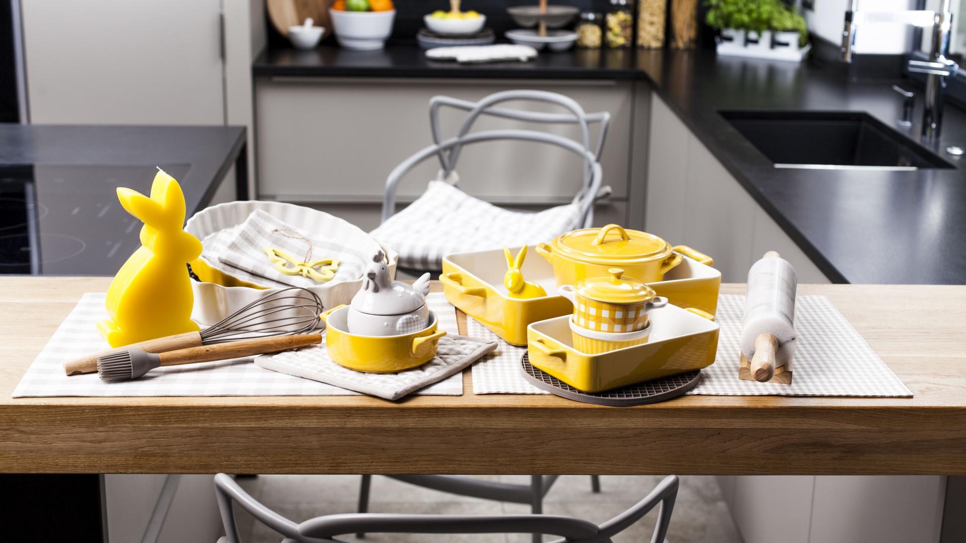 Cukiernica w kształcie kury wysiadującej jajka będzie ciekawym i praktycznym urozmaiceniem stołu. Fot. Duka.