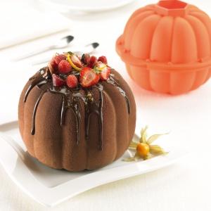 Babka wielkanocna to najpopularniejszy ze świątecznych wypieków. Tradycyjnej potrawie możemy dodać odrobiny fantazji korzystając z formy Pumpkin kształtem przypominającej dynię. Fot. Lekue.