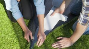 Na polskim rynku właśnie pojawiło się komfortowe i przyjemne rozwiązanie dedykowane tym wszystkim, którzy poszukują alternatywy dla naturalnej trawy.