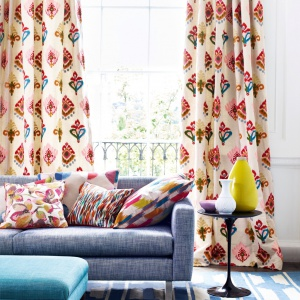 Kolorowe folkowe wzory połączone z neutralnymi szarościami i odcieniami niebieskiego. Fot. Jane Churchill