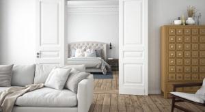 Szarości, czerń i biel - to sprawdzony zestaw kolorystyczny, który gości ostatnio w wielu polskich domach. Zobaczcie, jak pięknie może się prezentować wnętrze w tych modnych kolorach.