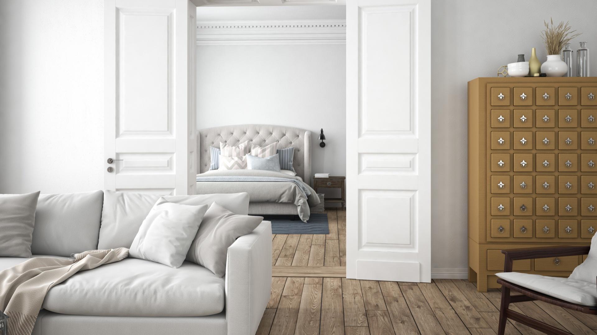 Jasny salon w klasycznym stylu ze ścianami pomalowanymi jasnymi szarościami. Szarości+elegancka klasyka to sprawdzony duet. Fot. Para Paints.