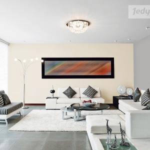 Monochromatyczny salon, w którym na ścianach znalazły się subtelne beże i stonowane szarości to propozycja marki Jedynka. Fot. Jedynka.