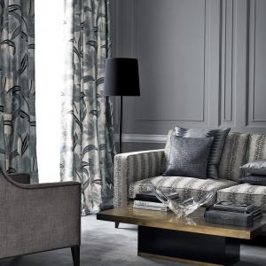 Szare ściany, szare zasłony, szare tkaniny na meblach - dzięki zastosowaniu różnych deseni wnętrze nie wygląda nudno ani bezbarwnie. Fot. Jane Churchill.