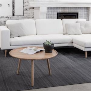 Biała kanapa idealnie sprawdzi się w takim monochromatycznym nowoczesnym wnętrzu. Z szarościami, a także czarnymi dodatkami stworzy naprawdę piękną aranżację. Fot. Sits.
