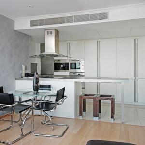 Farba betonowa to najczęściej dekoracyjna farba mineralna przeznaczona do stosowania wewnątrz pomieszczeń. Przy jej wykorzystaniu, w zależności od oczekiwań i sposobu aplikacji, można otrzymać efekt gładkiej, błyszczącej ściany z betonu wibrowanego lub też stworzyć strukturę z atrakcyjnymi wżerami i ubytkami. Fot. Primacol Decorative.