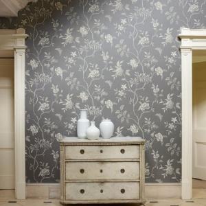 Tapeta w angielskim stylu świetnie się sprawdzi w klasycznych wnętrzach. Tym nowoczesnym doda na pewno ciepła i przytulności. Fot. Colefax Fowler.