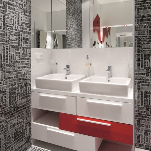 Dwie umywalki usprawniają codzienną toaletę, bo z łazienki mogą korzystać dwie osoby jednocześnie. Fot. Bartosz Jarosz.