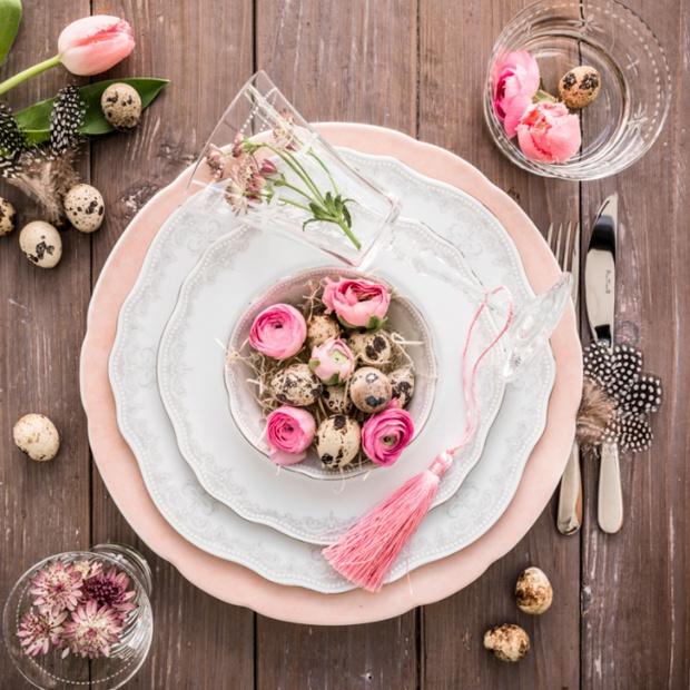 Świąteczny stół w kolorze pudrowego różu. Zobacz gotową aranżację