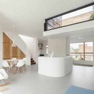 W nowoczesnym domu dominuje biel ocieplona drewnianymi akcentami. Projekt: Scenario Architecture. Fot. Matt Clayton.
