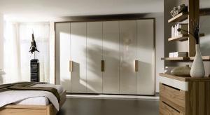 Miejsce na dużą szafę przeznaczamy najczęściej w sypialni. Ten z pozoru klasyczny mebel jest nie tylko praktyczny, ale może również ozdobić wnętrze.