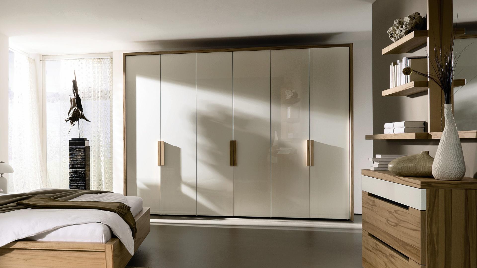 Wolnostojące szafy nie kojarzą się już z masywnymi i nieestetycznymi meblami. Współczesne modele są nowoczesne i piękne. Na zdjęciu szafa Ceposi. Fot. Hulsta.