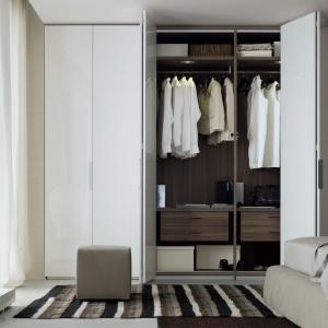 Drzwi składane w harmonijkę to bardzo praktyczne rozwiązanie. Dzięki niemu po otarciu szafy mamy doskonały wgląd na to co jest w jej środku. Fot. Poliform.