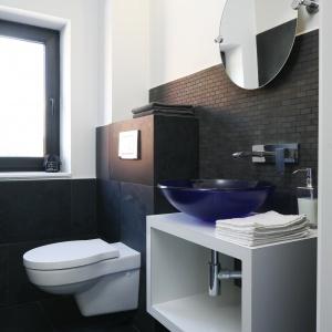 W toalecie dla gości  zastosowano kontrast czerni i bieli. Fot. Bartosz Jarosz.