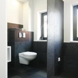 Duże lustro powiększa optycznie łazienkę. Fot. Bartosz Jarosz.