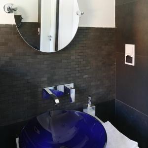 Umywalka ze szkła ma oryginalny, kobaltowy. Fot. Bartosz Jarosz.