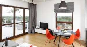 Wnętrze połączonego z kuchnią i jadalnią pokoju dziennego miało być jasne, nowoczesne i kolorowe. Zobaczcie, jak je zaprojektowała architekt!