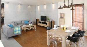 Zobaczcie, jak prezentuje się pokój dzienny w niewielkim warszawskim mieszkaniu. Dzięki pomysłom projektantki wnętrze pięknie powiększono optycznie!