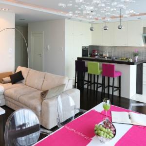 Jasne kolory mebli w salonie i aneksie kuchennym powiększyły optycznie tę niewielką przestrzeń. Projekt: Agnieszka Żyła. Fot. Bartosz Jarosz