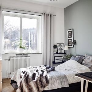 W mieszkaniu są aż trzy sypialnie. We wszystkich dominują stonowane kolory. Tutaj ze ścian spogląda szarość. Fot. Janne Olander/Stadshem.se.