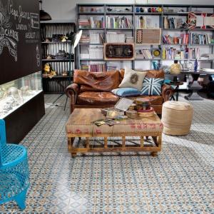 Barwna podłoga z majolikowym wzorem pięknie wpisuje się w salon urządzony w stylu będącym nowoczesną wariacją na temat vintage. Fot. Peronda, kolekcja FS Faenza.