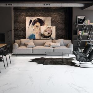 Piękne, eleganckie płytki imitujące naturalny marmur zachwycają swoim biało-szarym kolorem i wspaniale harmonizują z ciemniejszymi ścianami. Fot. Aparici, płytki z kolekcji Bella Bianco.