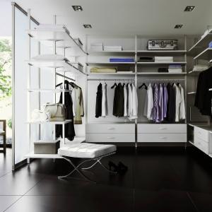 Propozycja urządzenie osobnej garderoby: na zdj. system marki Raumplus. Fot. Raumplus