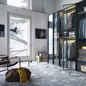 Program Aria marki Lema (proj. David Lopez Quincoces) pozwala dopasować rozmiary garderoby do indywidualnych potrzeb i wielkości wnętrza: tworzy ją dowolna ilość modułów z wypełnieniem z lekkich szklanych paneli. Fot. Lema